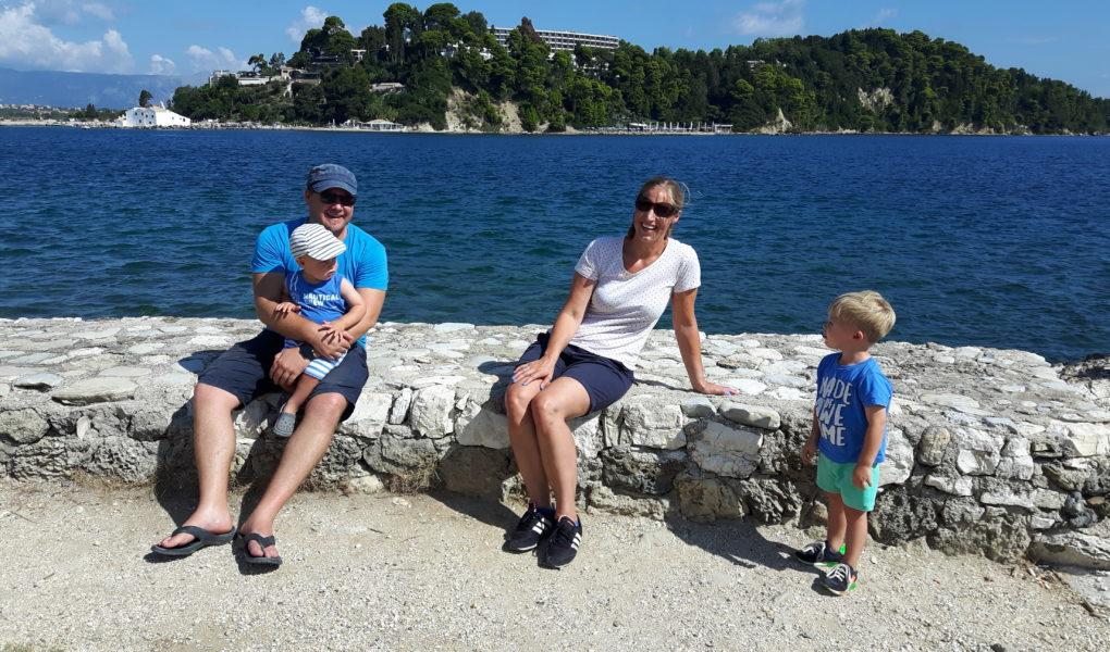Dirkje met man en kinderen op Mouse Island uitzicht over Kanoni